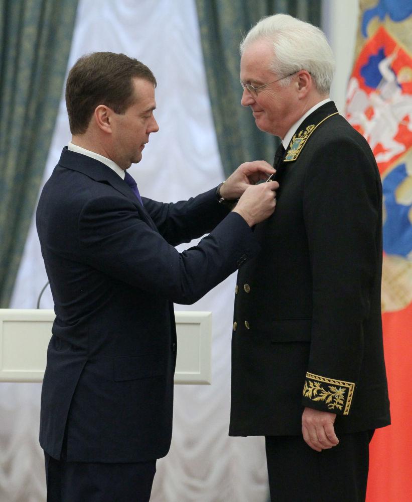 ممثل روسيا الدائم لدى الأمم المتحدة فيتالي تشوركين خلال تسلمه وسام التقدير والتكريم أمام الوطن من رئيس روسيا الاتحادية (سابقا) دميتري مدفيديف، 22 فبراير / شباط 2012