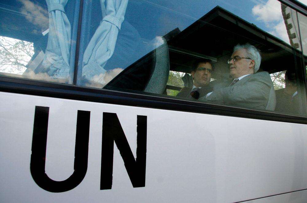 ممثل روسيا الدائم لدى الأمم المتحدة فيتالي تشوركين داخل حافلة بعد زيارته لدير غراتسانيتسا في صربيا ، نيويورك، 27 ابريل/ نيسان 2007