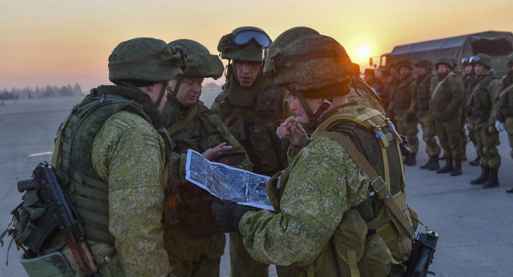 فريق من المهندسين التقنيين الروس لإزالة الألغام، التابع لقوات الجيش الروسية، يدرسون خريطة مدينة حلب، سوريا
