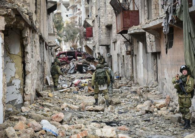فريق من المهندسين التقنيين الروس لإزالة الألغام، التابع لقوات الجيش الروسية، في مدينة حلب، سوريا