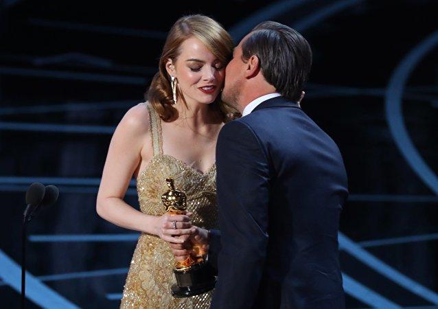 إيما ستون تتسلم جائزة الأوسكار من ليوناردو ديكابريو