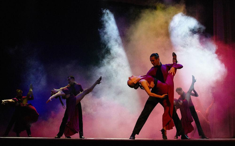 مسابقة حسناء سيفاستوبل في القرم - فرقة الرقص الموسيقية تشيورنوي موري (البحر الأسود) خلال المسابقة