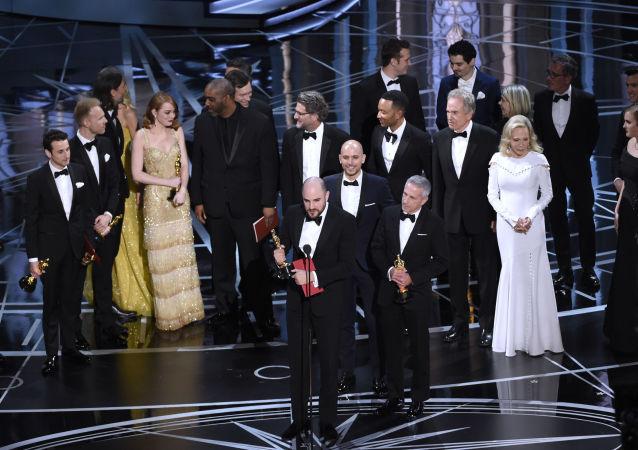 المنتج جوردان غوروفيتس عن فيلم لا لا لاند يتسلم جائزة أوسكار عن طريق الخطأ، وذلك بعد إعلان تصحيح اسم الفائز في فئة أفضل فيلم