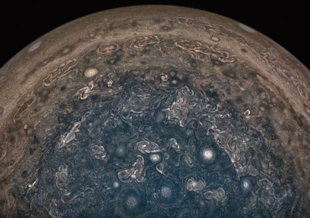 صورة التقطها جهاز الشمسية Juno  التابع لوكالة ناسا فوق القطب الجنوبي لكوكب المشتري، من على ارتفاع 101 ألف كلم فوق سطح غيوم الكوكب، 2 فبراير/ شباط 2017.