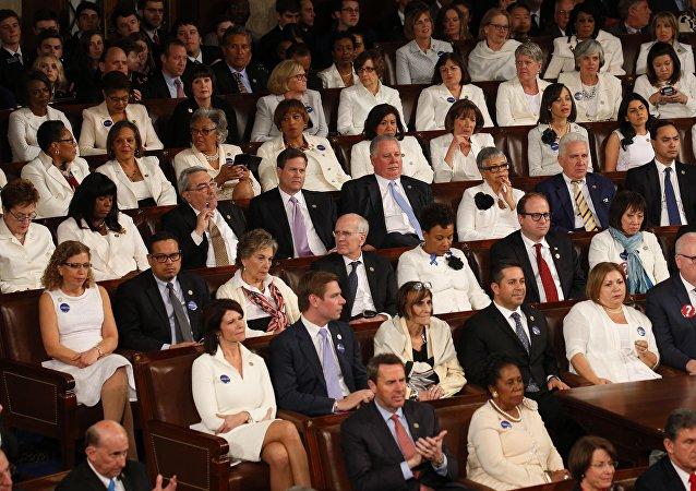 عضوات الكونغرس الأمريكي يلبسن الأبيض خلال كلمة ترامب