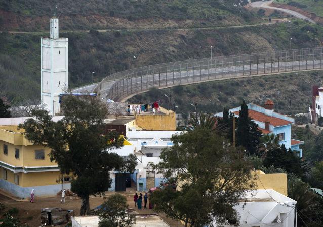 الحاجز الفاصل بين المدينة المغربية الفنيدق والمدينة المغربية المحتلة (من قبل إسبانيا) سبتة