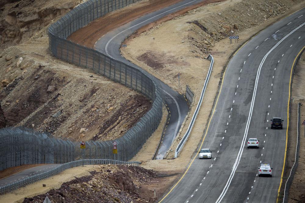 الجدار على الحدود الإسرائيلية المصرية بالقرب من منتجع البحر الأحمر إيلات