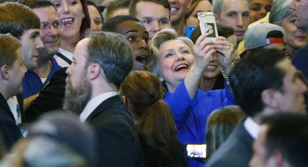 هيلاري كلينتون تلتقط صورة سيلفي مع المؤيدين لها خلال حملتها الانتخابية الأخيرة