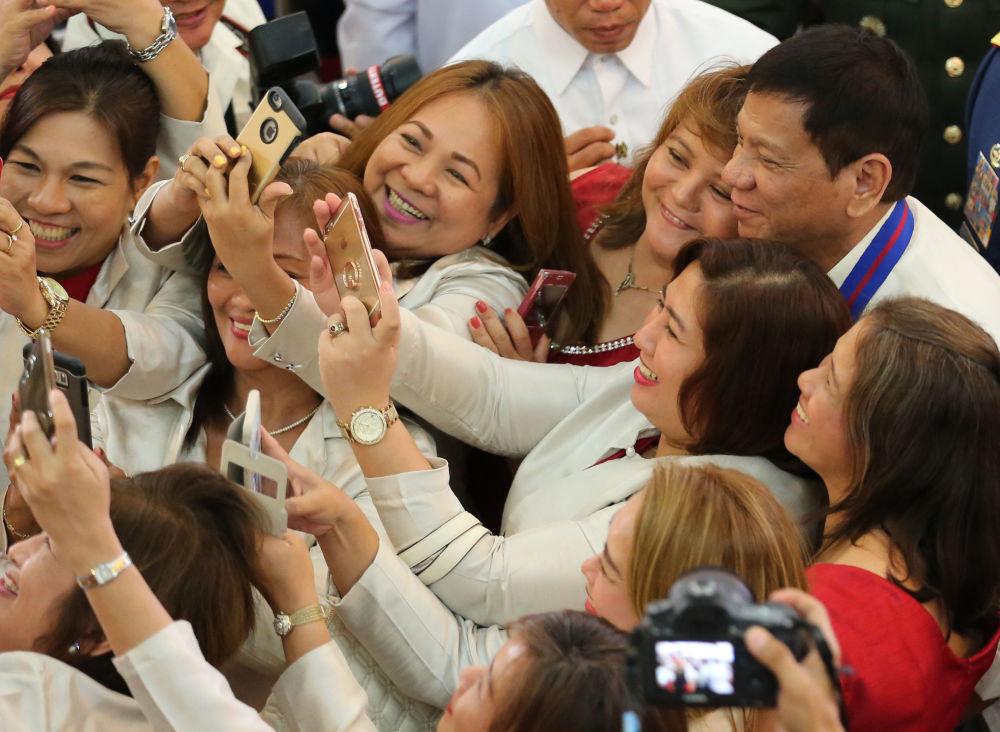 رئيس الفلبين رودريغو روا دوتيرتي يلتقط صورة سيلفي مع جمهور من المناصرين والمؤيدين له