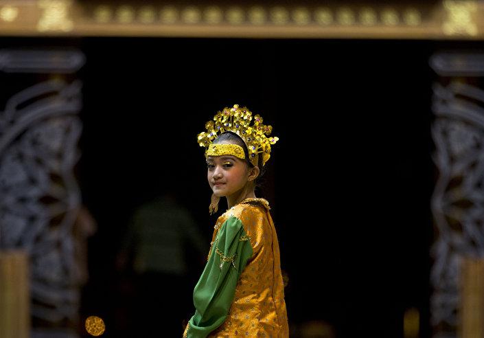 فتاة بالزي التقليدي لبروناي