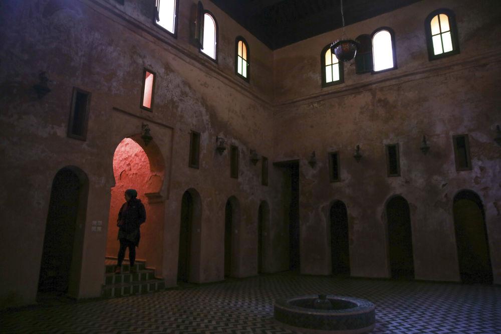 سياح يزورون المدرسة أبو عنانية بفاس، مدرسة إسلامية عريقة بنيت في القرن الـ 14 بالقرب من مكناس، المغرب 23 فبراير/ شباط 2017