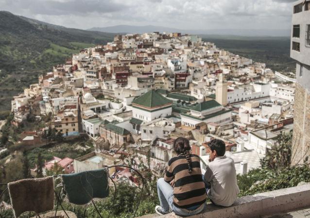 أطفال يتأملون قرية مولاي إدريس من أعلى سطح منزل، بالقرب من مكناس، المغرب 24 فبراير/ شباط 2017