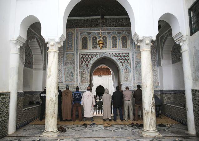 الصلاة في مسجد مولاي إدريس، وهي مدينة باسم أول مؤسس مدينة إسلامية في المغرب، بالقرب من مكناس، المغرب 24 فبراير/ شباط 2017