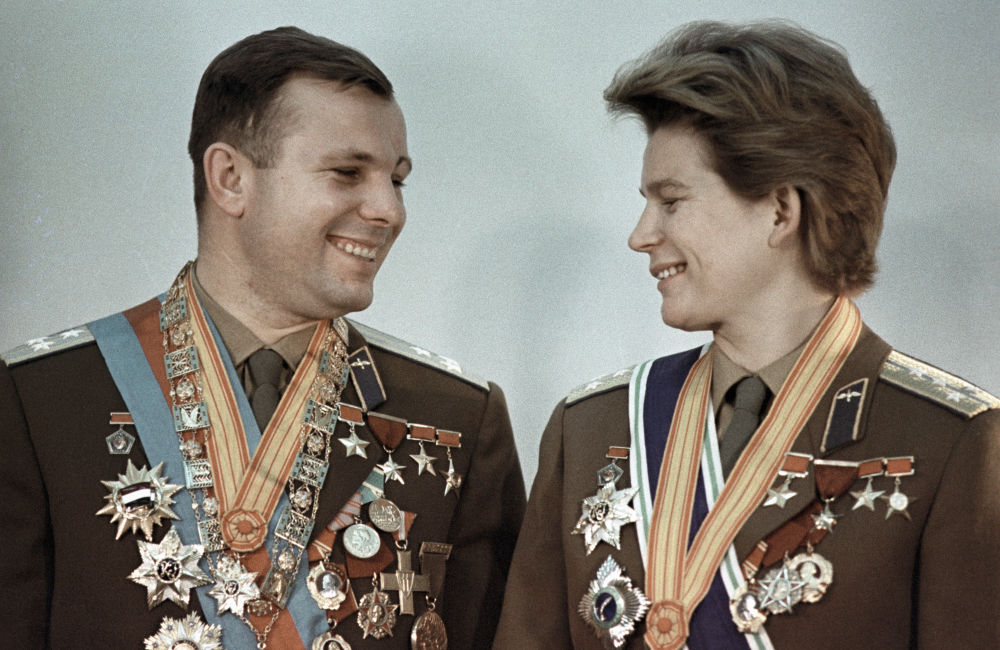 من اليسار إلى اليمين: رواد الفضاء يوري غاغارين وفالنتينا تيريشكوفا