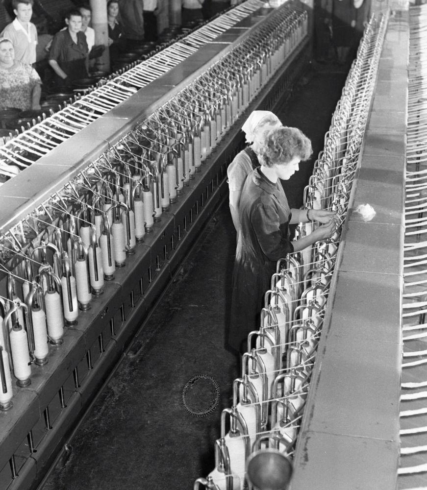 فالينتينا تيريشكوفا (يمين) في مصنع نسيج كراسني بيريكوب، حيث عملت في هذا المجال قبل أن تصبح رائدة فضاء
