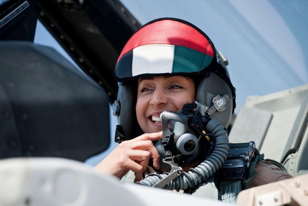 أول امرأة طيار، مريم المنصوري، في القوات الجوية الإماراتية