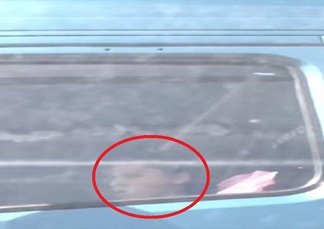 طفل يقود شاحنة