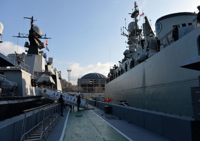 سفن البحرية الإيرانية تصل إلى ميناء محج قلعة التابع لأسطول بحر قزوين
