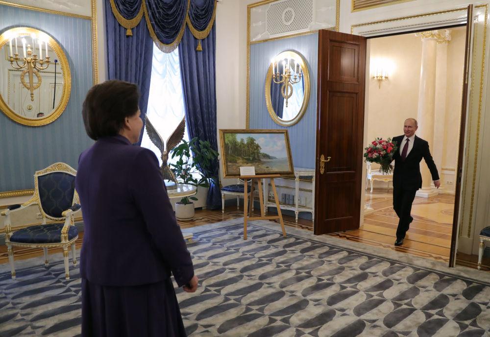 الرئيس الروسي فلاديمير بوتين خلال تكريم رائدة فضاء فالنتينا تيريشكوفا ومنحها جائزة الحكومة الروسية باسم يوري غاغارين (رائد فضاء في الاتحاد السوفيتي)