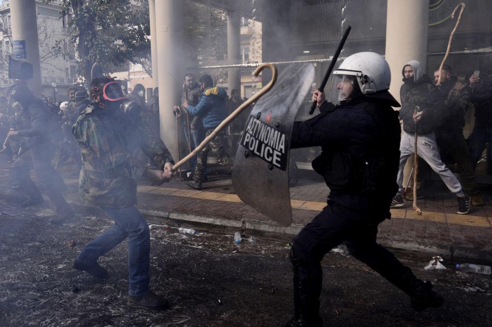 اشتباكات بين الفلاحين والشرطة اليونانية احتجاجاً على اقرار وزارة الزراعة على رفع الضرائب، اليونان 8 مارس/ آذار 2017