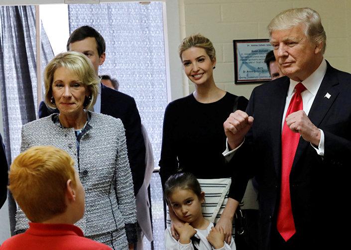 إيفانكا ترامب في زيارة مع والدها لإحدى المدارس