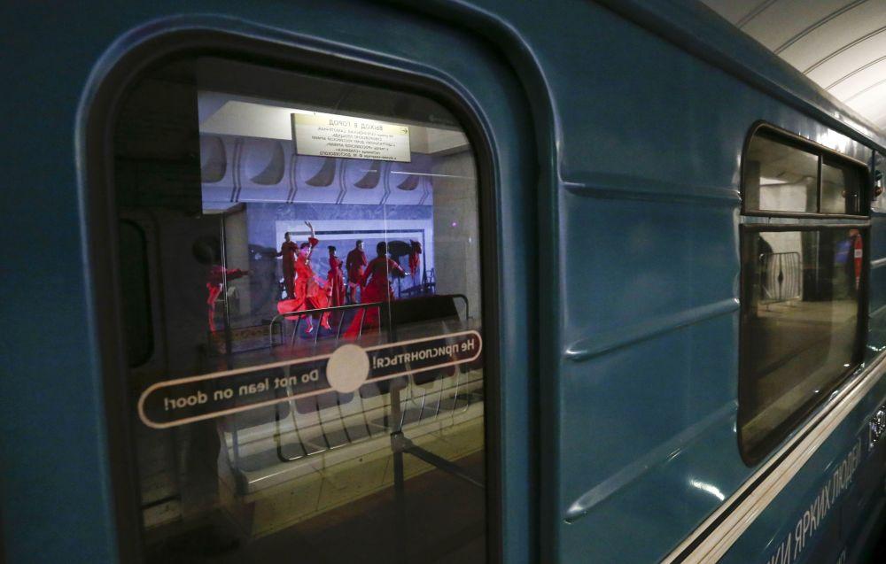 ليلة الباليه في مترو أنفاق موسكو بمحطة دوستويفسكي