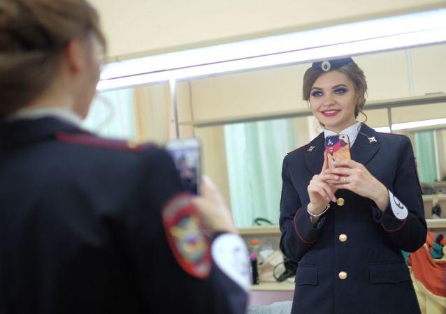 مسابقة الجمال الحسناء في زي عسكري - مشاركة في المسابقة تلتقط صورة سيلفي لنفسها في المرآة قبيل بدء المسابقة