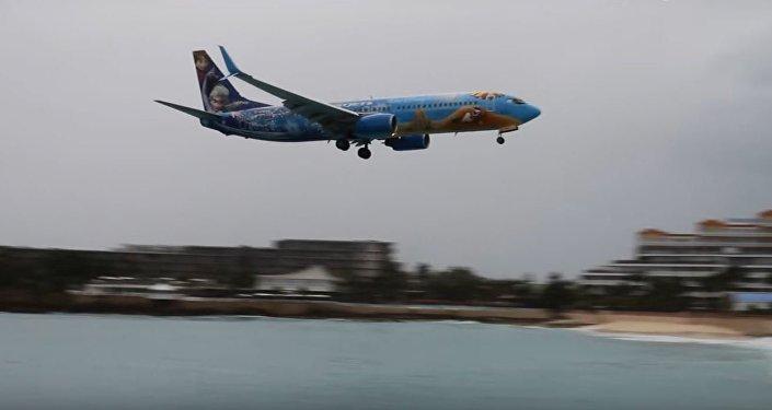 لحظة هبوط طائرة في مطار الأميرة جوليانا الدولي في جزيرة سانت مارتن