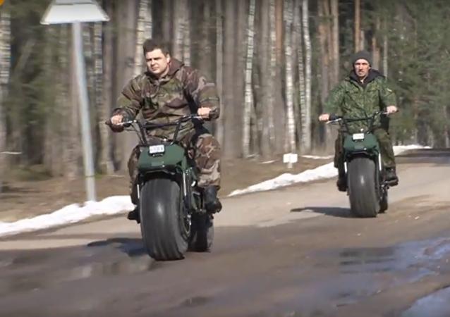 شاهد... دراجة نارية روسية جديدة لا تعرف العوائق