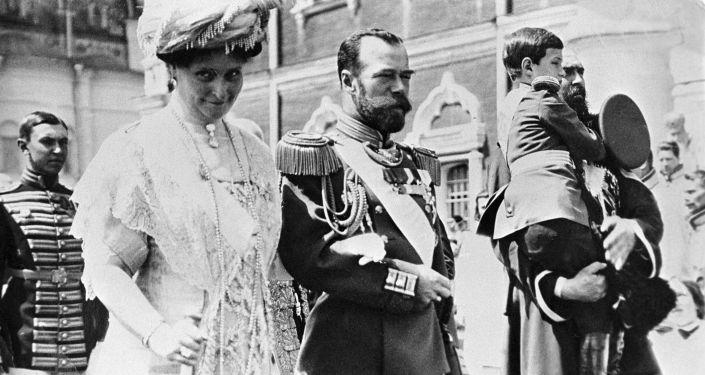 الإمبراطور الروسي نيكولاي الثاني والإمبراطورة ألكسندرا فيودوروفنا وولي العهد الإمبراطور أليكسي خلال مراسم الاحتفال بالذكرى الـ300 منذ تولي سلالة رومانوف الحكم، عام 1913