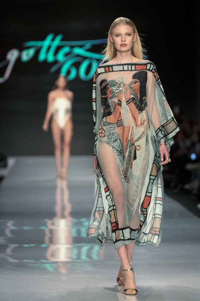 عارضات أزياء المايو أثناء أسبوع الموضة في تل أبيب