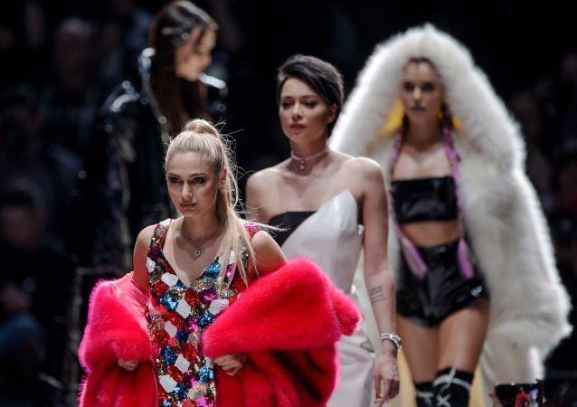 الممثلة نتاليا رودوفا (في مقدمة الصورة) خلال عرض أزياء للمصممة الروسية بيللا بوتيومكينا في إطار أسبوع الموضة Mercedes-Benz في موسكو، روسيا