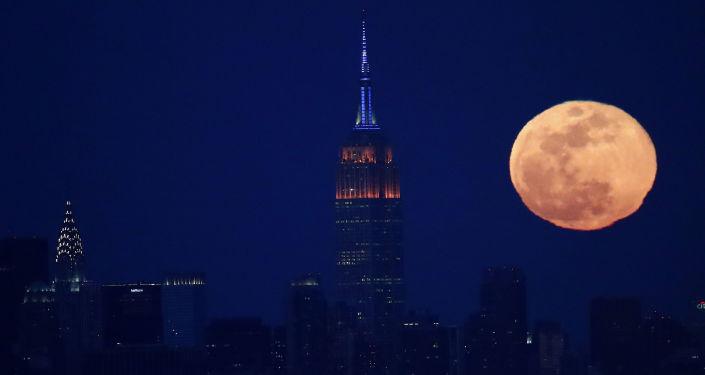بدر كامل على خلفية برج امباير ستيت في مدينة نيويورك، الولايات المتحدة 12 مارس/ آذار 2017