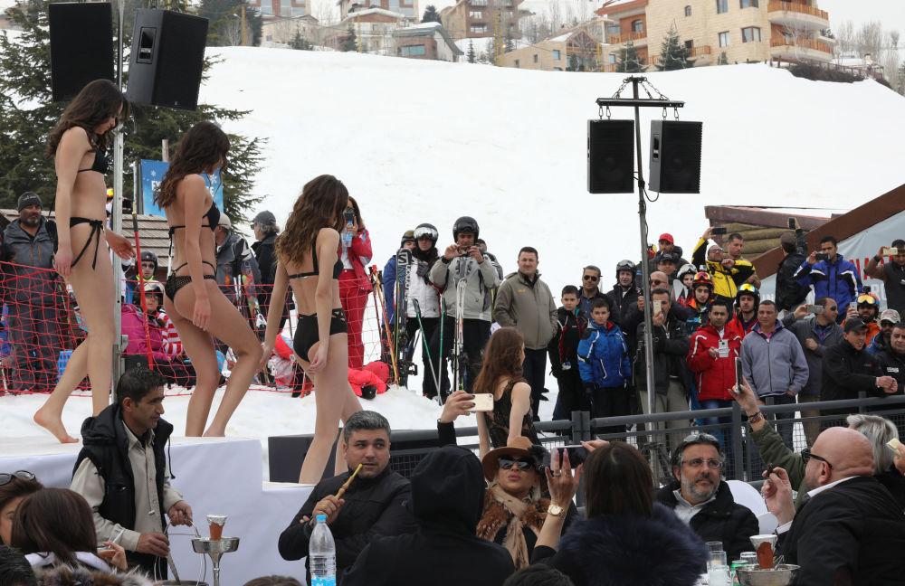 العارضات خلال عرض أزياء Ski and fashion 2017 في المنتجع السياحي الشتوي المزار- كفرذبيان  شمال شرق العاصمة اللبنانية بيروت، 19 مارس/ آذار 2017