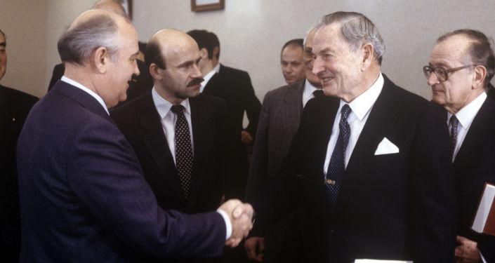 الملياردير الأمريكي دافيد روكفيلير وزعيم الاتحاد السوفيتي ميخائيل غورباتشيوف