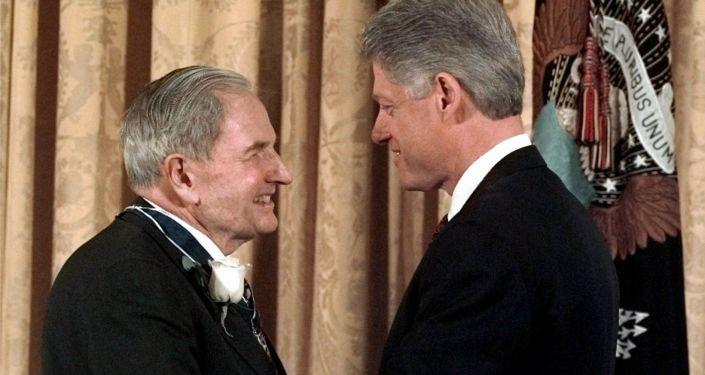 الملياردير الأمريكي دافيد روكفيلير والرئيس الأمريكي الأسبق بيل كلينتون، عام 1998