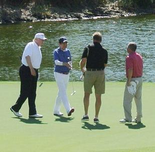 دونالد ترامب أثناء زيارته لملعب الغولف