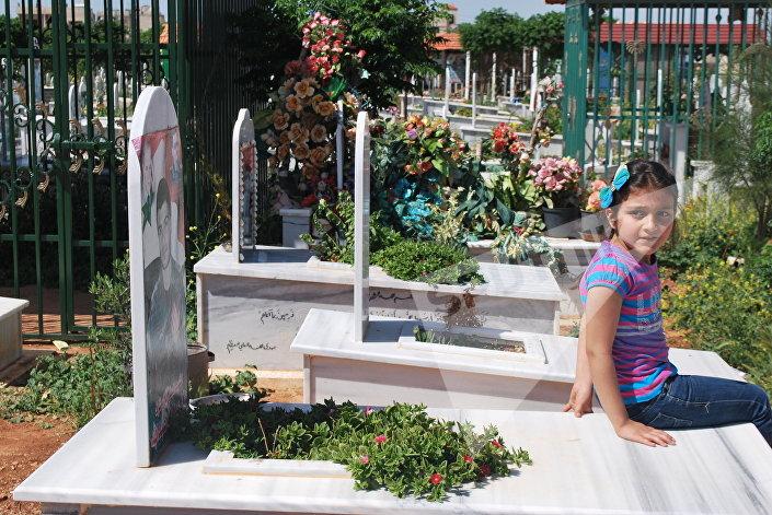 سوزان بجانب قبر والدتها