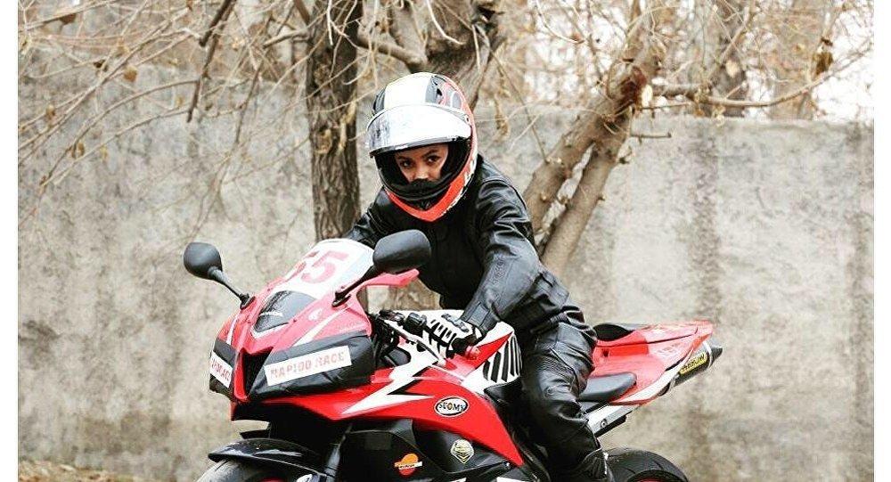 سائقة دراجات نارية في ايران