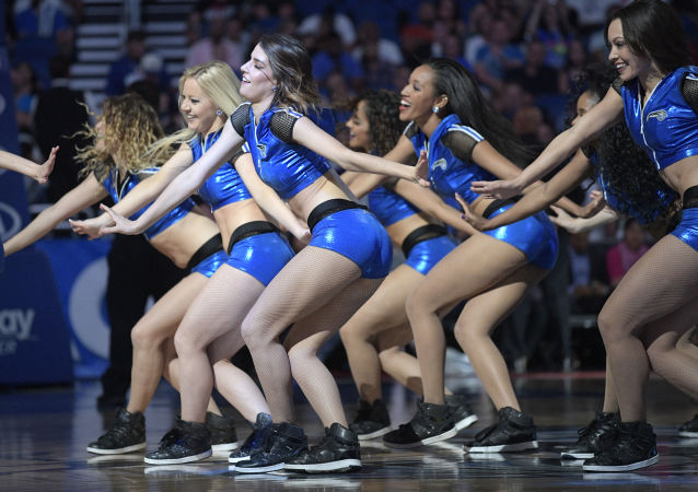 فتيات التشجيع خلال استراحة لمباراة ان بي اي لكرة السلة في أورلندو، فلوريدا، الولايات المتحدة 22 مارس/ آذار 2017