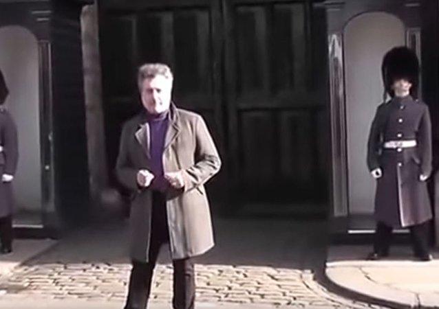 الحرس الملكي البريطاني يقطع مناوبته للصراخ على سائح