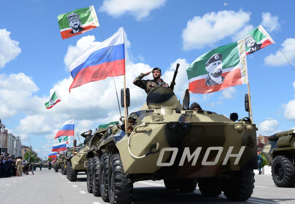 جنود خلال العرض العسكري بمناسبة الذكرى الـ71 للنصر في الحرب الوطنية العظمى