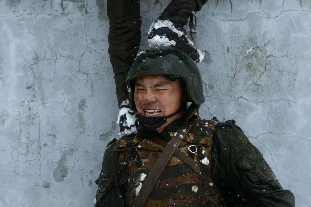 جندي قوات الحرس الوطني خلال تدريبات عسكرية  لفرقة القوات الخاصة الروسية