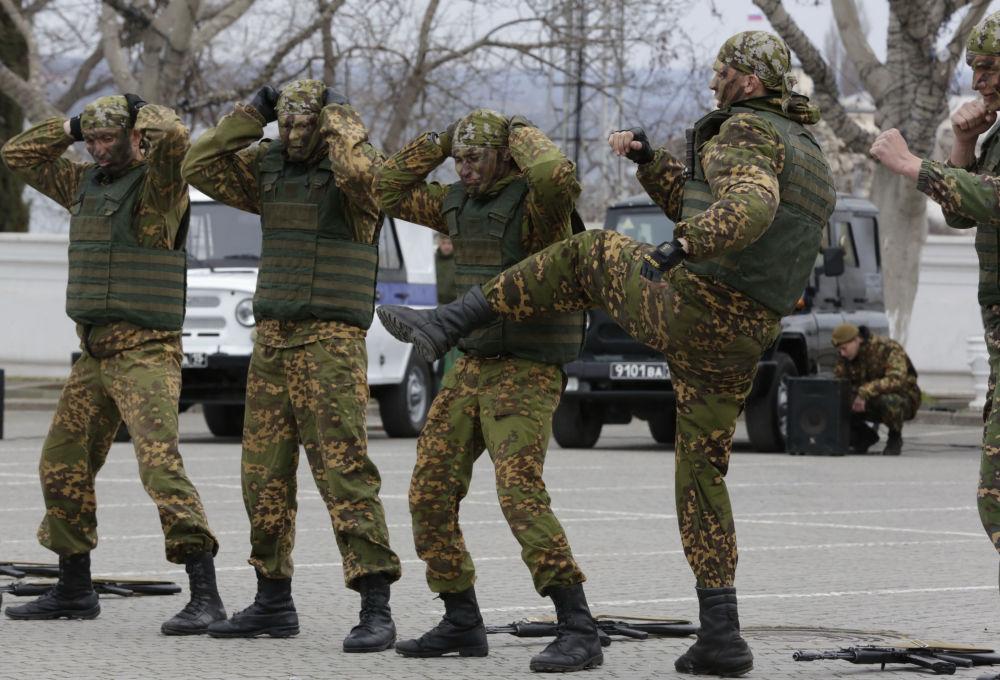 جنود فرقة القوات الخاصة خلال مباراة استعراضية بمناسبة الاحتفال بالذكرى الـ205 لتأسيس القوات الداخلية في مدينة سيفاستوبول