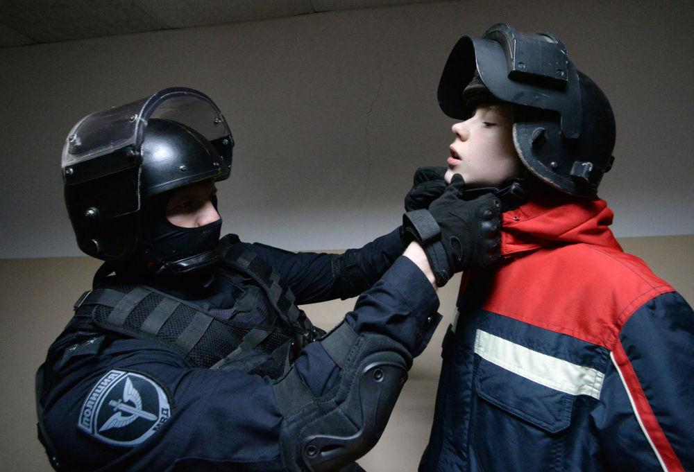 شاب خلال تعرفه على تجهيزات جنود القوات الخاصة الروسية في فلاديفوستوك