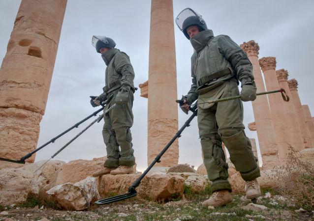 فريق الجنود الروسي لإزالة الألغام التابع لقوات الجيش الروسي في تدمر