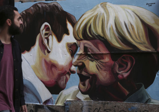 رسم غرافيتي لمستشارة ألمانيا أنجيلا ميركل ورئيس الوزراء اليوناني أليكساس تسيبراس في مدينة اليونان