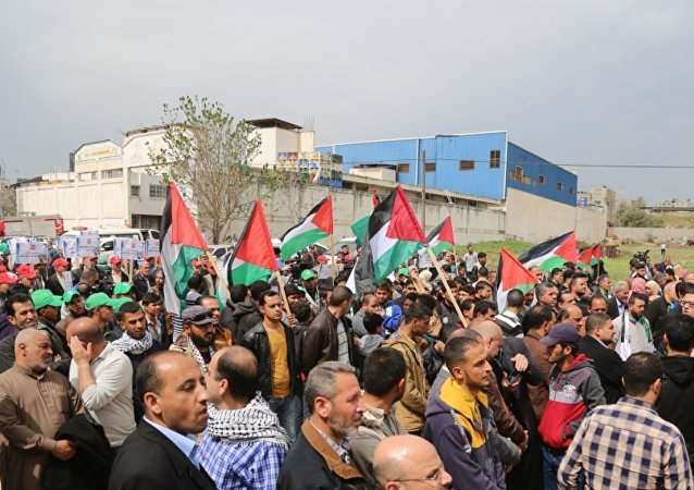 مئات الفلسطينيين يشاركون في مسيرة إحياء ذكرى يوم الأرض في غزة