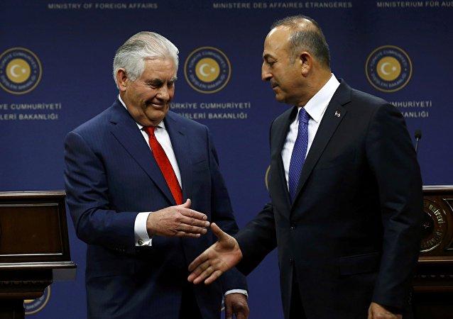 وزير الخارجية الأمريكي ريكس تيلرسون مع نظيره التركي مولود جاويش أوغلو في أنقرة