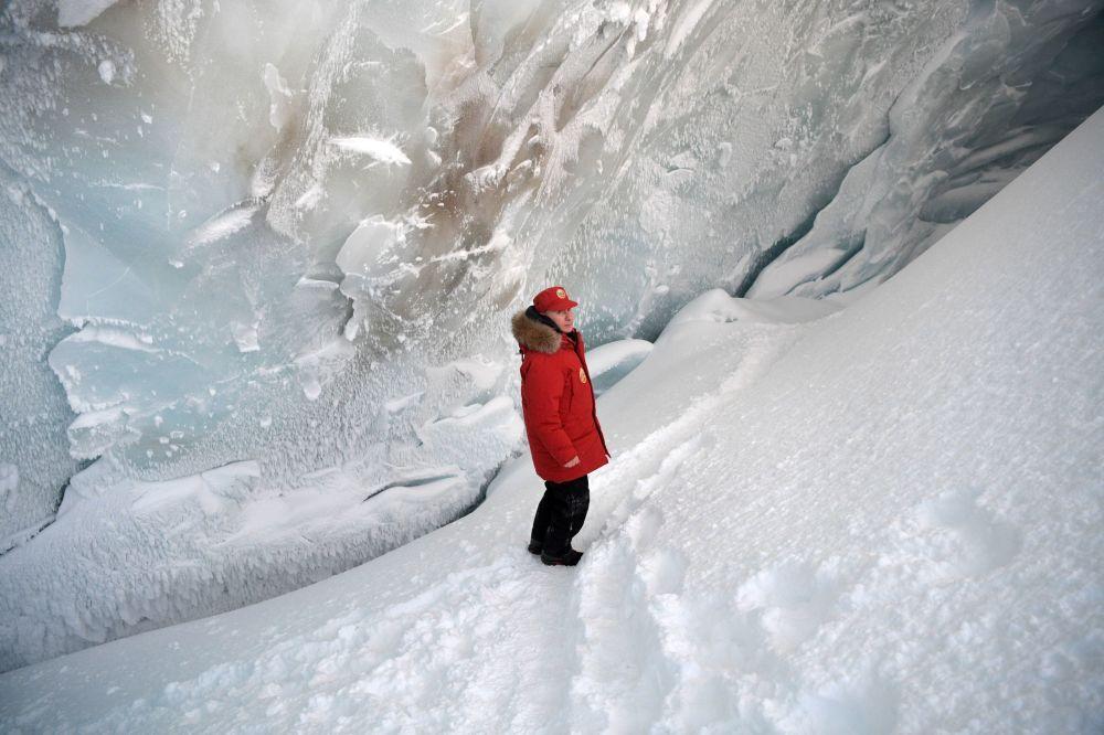 زار الرئيس الروسي فلاديمير بوتين إحدى جزر أرخبيل أرض فرانس جوزيف في بحر بارنتس في منطقة القطب الشمالي حيث تابع حملة تنظيف الأرخبيل، 30 مارس/ آذار 2017